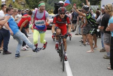 VIDEO Bataie intre doi suporteri pe Alpe d'Huez in Turul Frantei