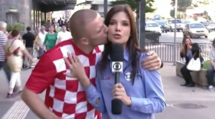 VIDEO Un fan croat a pupat o reporterita braziliana