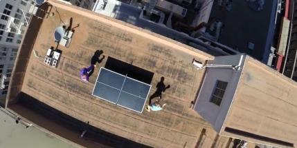 GoPro: Ping-Pong pe acoperisul unui bloc