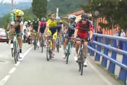 Doi ciclisti dati afara din Turul Spaniei dupa ce s-au luat la bataie pe sosea