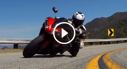 Un motociclist lipit de pista inhata un GoPro din mers (video)