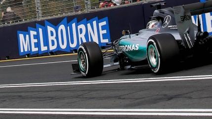 Lewis Hamilton ia poleul in prima cursa din 2015,  Marele Premiu al Australiei