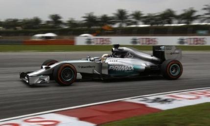 Lewis Hamilton revine puternic in Malaysia. Ferrari tine aproape de Mercedes