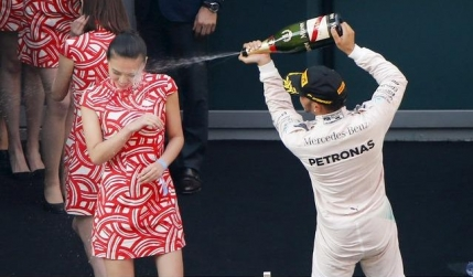 Lewis Hamilton, gest scandalos pe podiumul din China