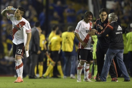 Derby-ul dintre Boca Juniors si River Plate abandonat din cauza suporterilor