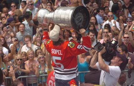 Chicago Blackhawks a pus mana pe Cupa Stanley. Trei milioane de oameni au iesit pe strazi