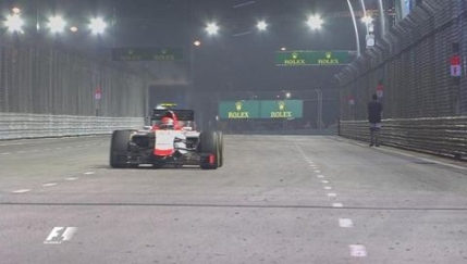 FOTO Un fan F1 s-a plimbat pe pista in timpul cursei din Singapore