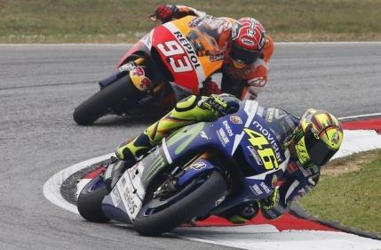 Lupta pentru titlul MotoGP prelungita pana in ultima etapa. Rossi risca descalificarea dupa un gest controversat (Video)