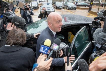 Alegeri la FIFA: Cinci pentru locul de presedinte. Blatter tine cu dintii de scaun