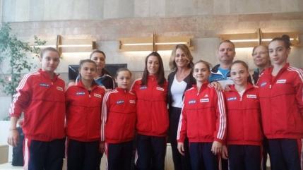 Nadia Comaneci alaturi de gimnaste la revenirea din Brazilia