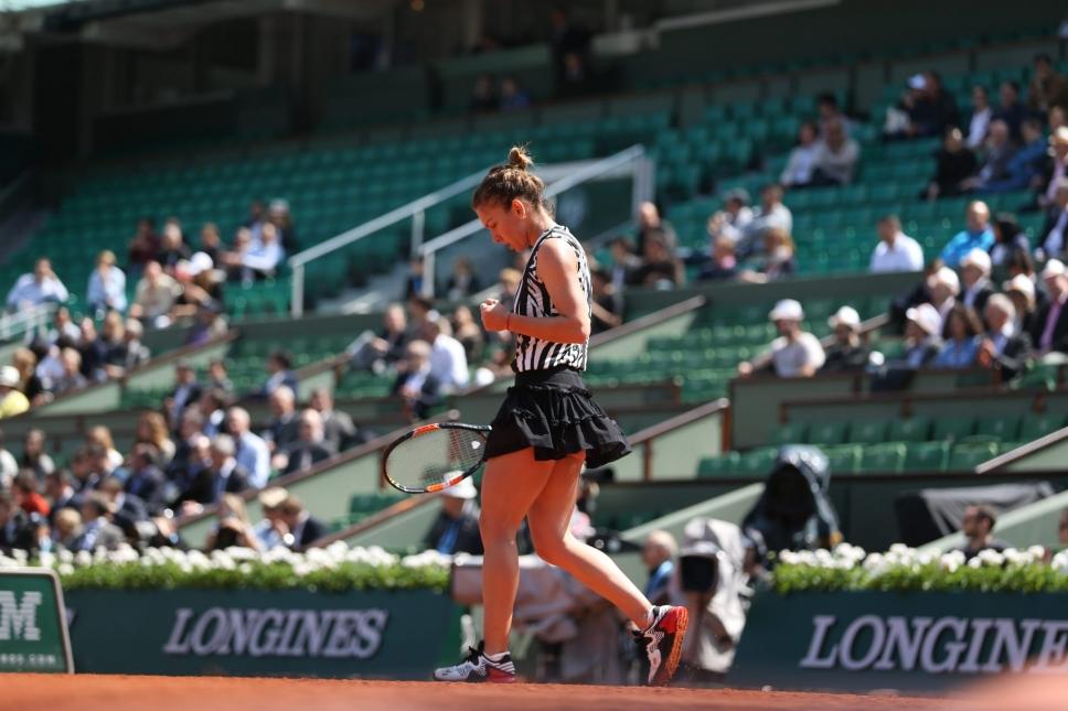 Simona Halep ajunge in optimi la Roland Garros dupa un test greu cu Naomi Osaka. O racheta a cazut prada nervilor Simonei