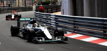Lewis Hamilton castiga la Monte-Carlo in fata unui Daniel Ricciardo ruinat de propria echipa
