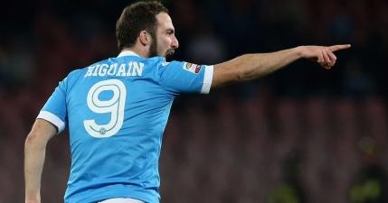 Napoli il face pe Higuain cel mai bine platit jucator din Italia