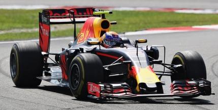 Victorie pentru Daniel Ricciardo la Sepang. Lewis Hamilton, abandon cu motorul in flacari