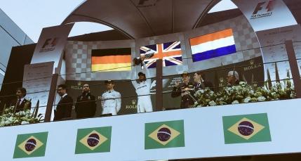 Prima victorie pentru Hamilton la Interlagos dupa o cursa cu peripetii. Titlul mondial se decide in Emirate