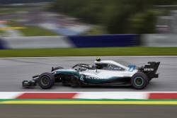 Bottas il invinge pe Hamilton pentru pole position in Austria